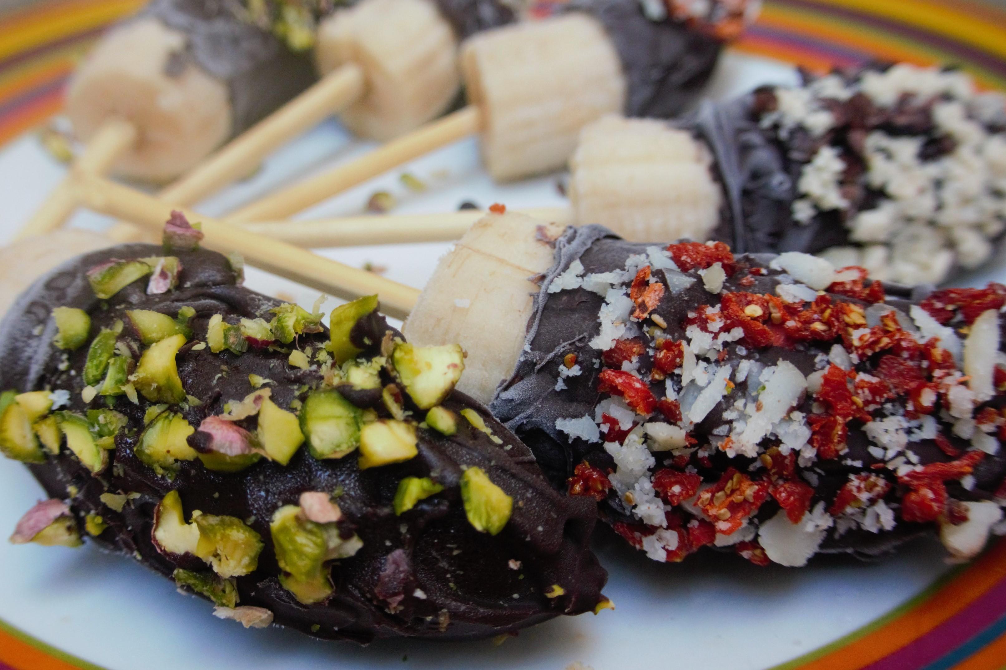 TWO MINUTES to make the Perfect Chocolaty Vegan Banana Pops Vegan recipes vegan dessert chocolate VEGAN SLAUGHTERER Yaeli Shochat http://veganslaughterer.com